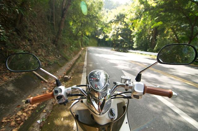 Xe máy là một phương tiện phổ biến ở Lào, tuy nhiên một khi bạn lái xe nghĩa là bạn phải tự chịu hoàn toàn trách nhiệm nếu xảy ra va chạm hay tai nạn.