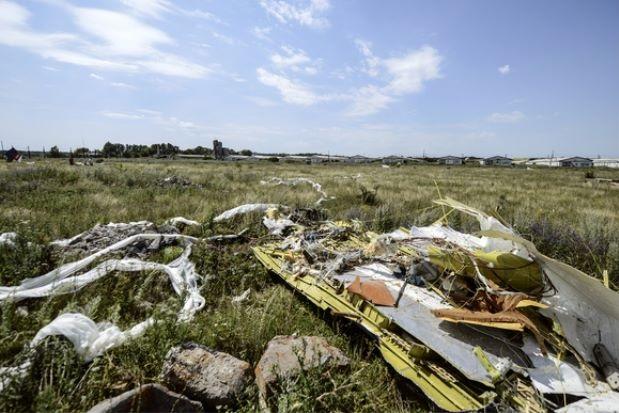 Serpihan pesawat MH17 di lokasi nahas dekat sebuah perkampungan Hrabove, Ukraine.
