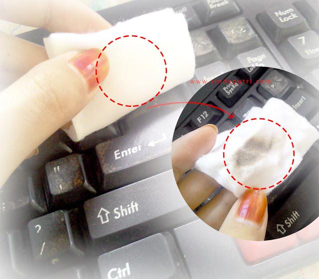 Menggosok kapas beralkohol pada keyboard