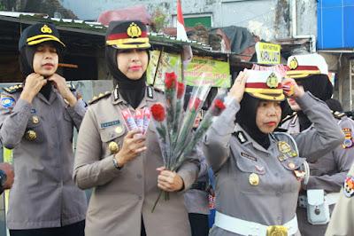 Polwan Cantik Bagikan Bunga dan Coklat di Simpang Tugu Yogyakarta
