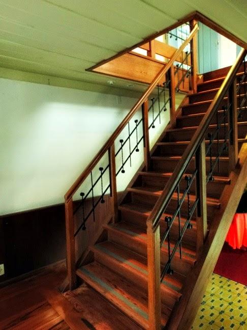 Escadaria no interior da Biblioteca Pública de São José, Santa Catarina