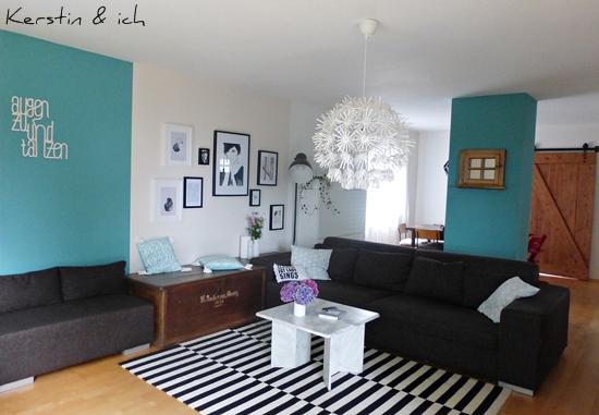 Wohnzimmer mit Couchtisch aus Marmor
