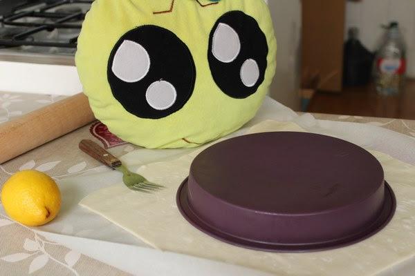 Midiendo la masa con el molde del pastel