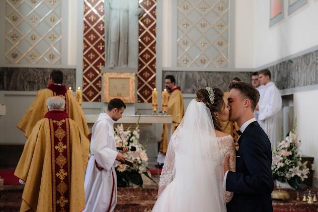 Urocze zdjęcie całusa podczas mszy świętej - ceremonii zaślubin.