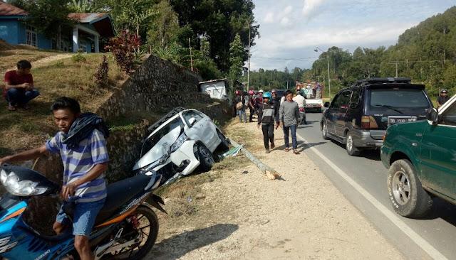 Diduga Mengantuk, Satu Unit Mobil Tabrak Pohon dan Masuk Parit di Mengkendek
