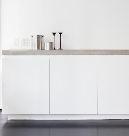 In der Küche hat Felipe Hess die weiße Küchenzeile mit einer Arbeitsplatte aus Beton aufgeppt.