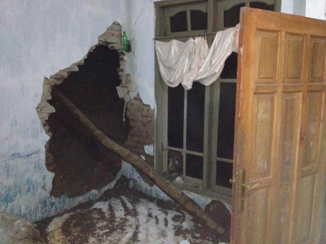 Ruang tamu rumah Rahman yang jebol diterjang tanah longsor