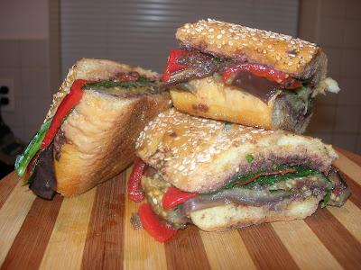 To απόλυτο χορτοφαγικό σαντουϊτσάκι με ψητές μελιτζάνες, σπανάκι και χειροποίητη πάστα ελιάς