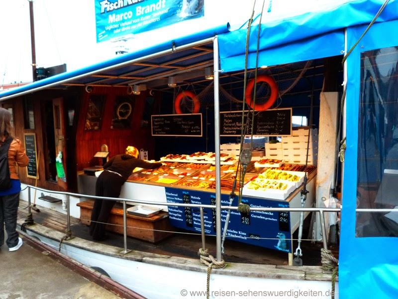Fischerboot mit Verkauf von Räucherfisch und Fischbrötchen in Wismar