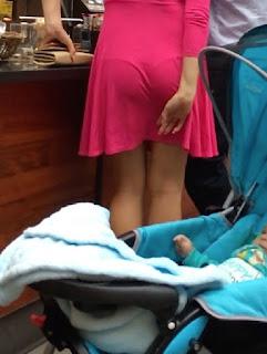 mujeres vestidos marcando tanga