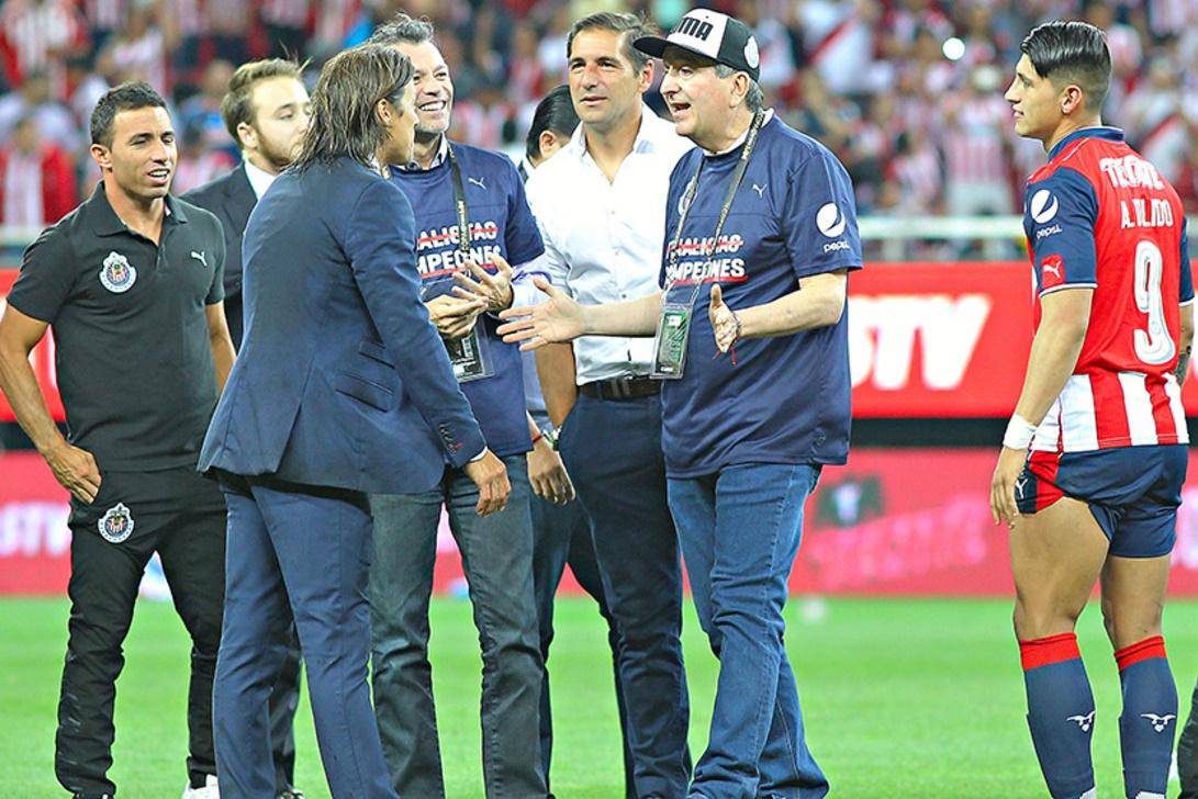 El dueño del equipo, Jorge Vergara con Almeyda.