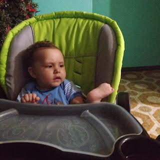 Hijo mostrando su pie a Papá