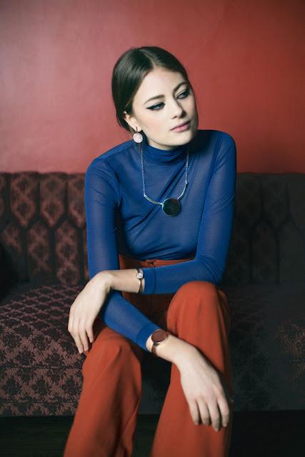Комплект из контрастных цветов синяя водолазка и красные брюки