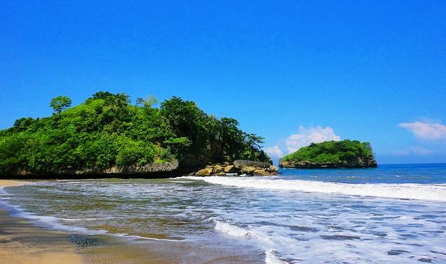 Pantai Bajul Mati - Pantai Bajul Mati - Menikmati Ganasnya Ombak Pantai Bajul Mati