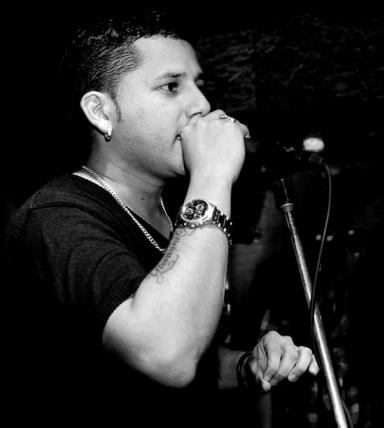 Foto de Giovanni Kral cantando en el escenario