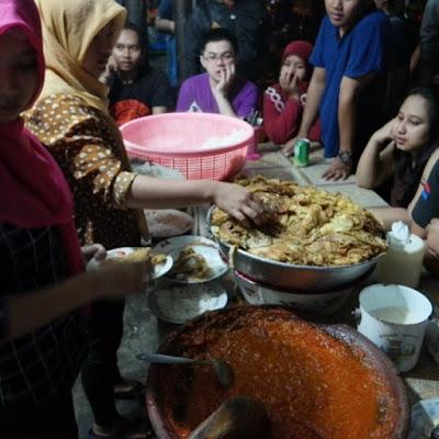 Keramaian kuliner malam di Sambal Mak Yeye
