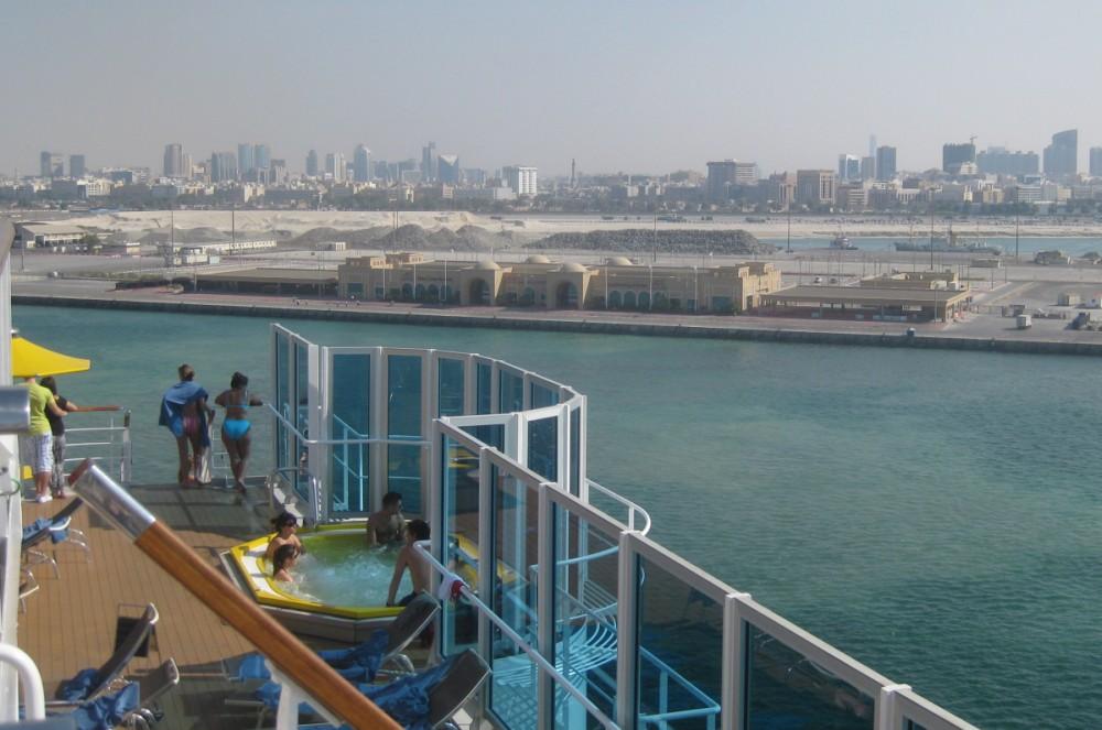 Blick von der Costa Favolosa auf das Cruise Terminal Dubai