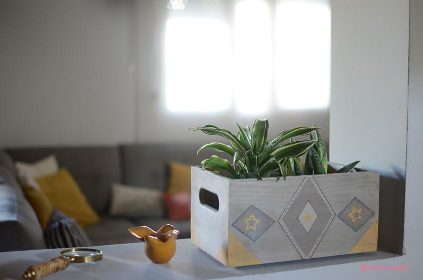 caja madera gris con dibujos geometricos