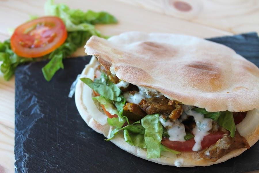 shawarma o kebap de cordero casero con salsa de yogur sin lactosa