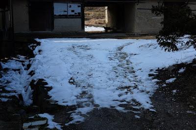 長野県生坂村の古民家カフェ ひとつ石 雪が溶けにくい個所
