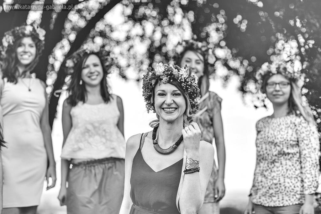 wieczór panieński. piknik, Sylwia, kopiec, Kraków, wianek z kwiatów, artystyczna fotografia, fotografia ślubna, fotografia artystyczna, fotograf na ślub, Bochnia, plener ślubny