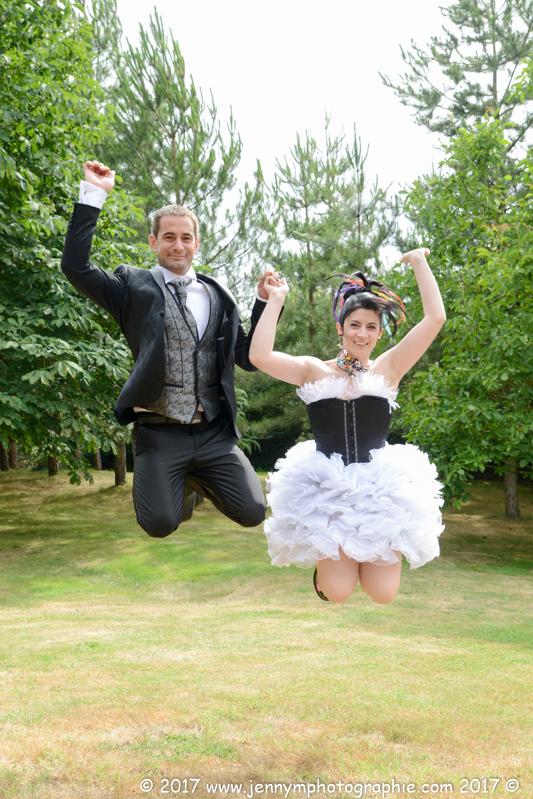 portrait couple mariage, photo fun, mariés qui sautent