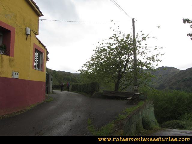 Ruta Ablaña Llosorio: Carretera entre las casas