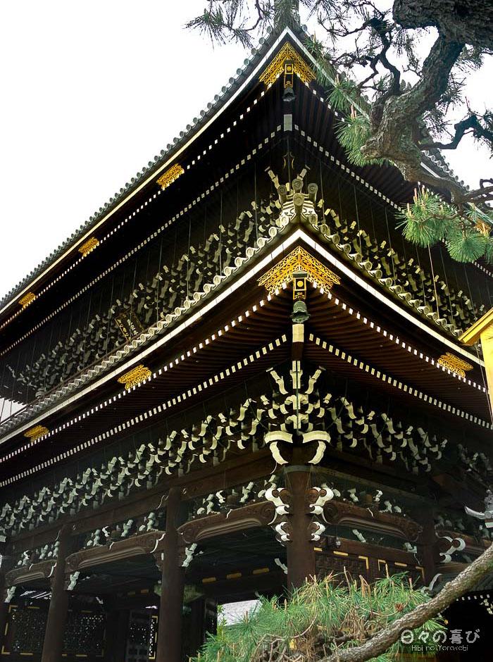 porte d'entrée, temple Higashi Hongan-ji, Kyoto.
