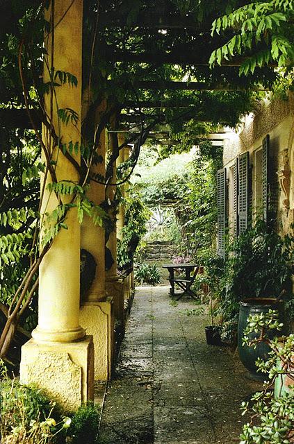 Outdoor living, vine-covered pergola, Elle Decoration, Avril 2005, as seen on linenandlavender.net