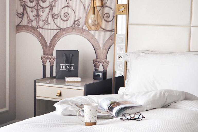 Thé et magazine en chambre à l'hôtel Hilton Paris Opéra