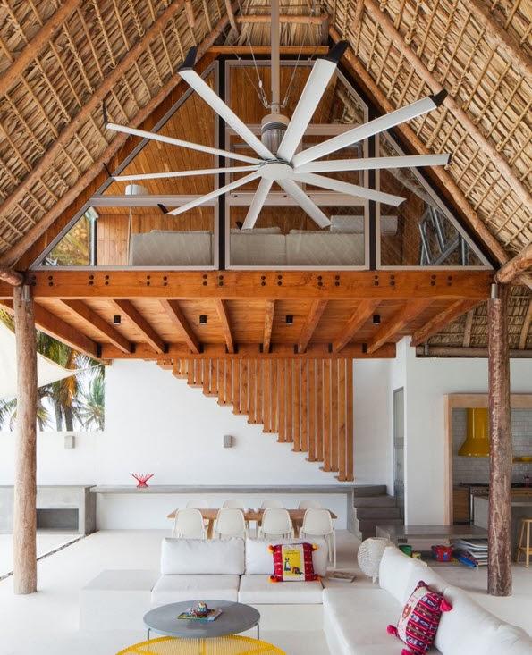 el techo de paja a dos aguas de la sala es a doble altura como hemos visto en construye hogar en casas de playa es un recurso muy usado