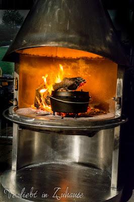 Grillseminar Steingrobe selbst gebauter Outdoor Kamin mit Topf im Feuer