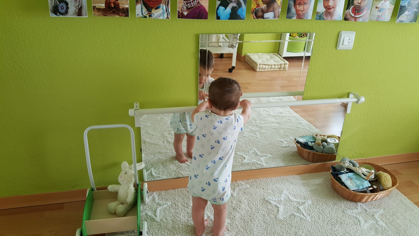 Creciendo felices montessori baby room for Espejo y barra montessori