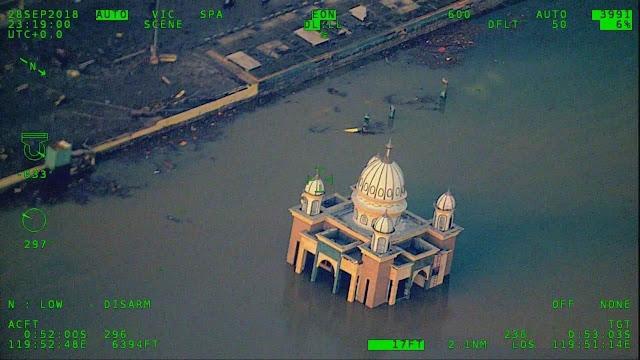 Masjid Arqam Bab Al Rahman atau Masjid Apung Palu yang roboh masuk ke dalam laut