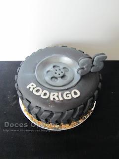 Bolo de aniversário em forma de pneu