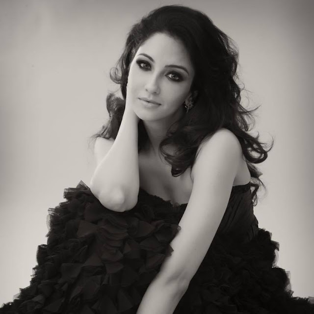 Saumya Tandon husband name, hot, age, marriage, instagram, in jab we met, biography, in saree, date of birth, married, in comedy nights with kapil, bikini, in bhabhiji ghar par hai, family, boyfriend, height, twitter, facebook