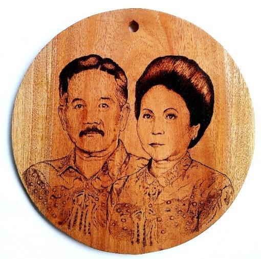 Lukisan Pirografi Pasangan Kakek-Nenek nya Fesa
