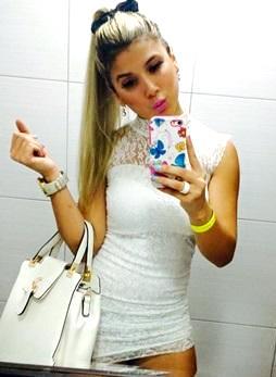 Foto de Yahaira Plasencia con vestido blanco