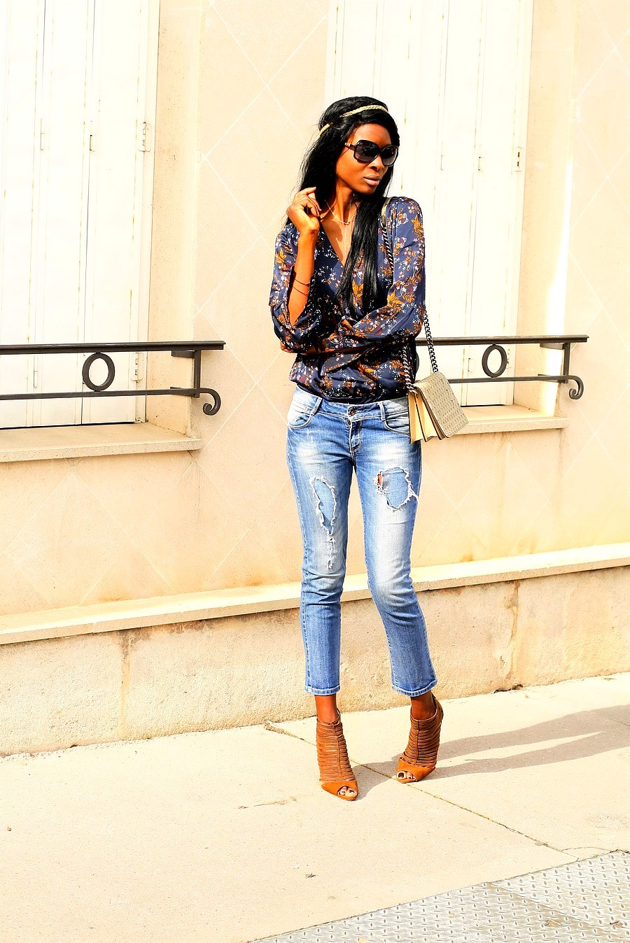 idee-look-boheme-chic-body-cache-coeur-jeans-dechire