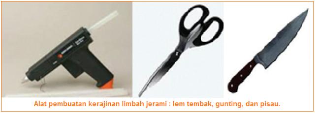 Alat pembuatan kerajinan limbah jerami - lem tembak, gunting, dan pisau.