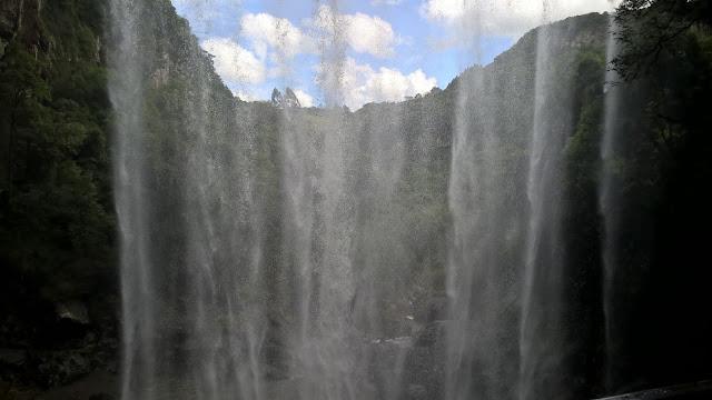 Cascata do Salto Ventoso vista de baixo da gruta