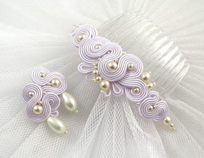 Lawendowa biżuteria ślubna z perłami.