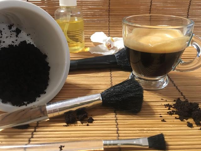 Belle dalla testa ai piedi con il caffè