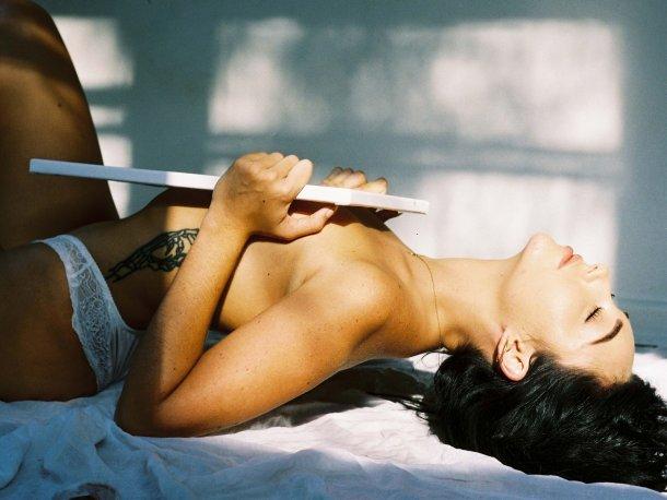 modelo mulher Maddie Neville fotografia de Nick Perritt - Painting Maddie RektMag sensual provocante fetiche arte vinho mãos corpo nudez