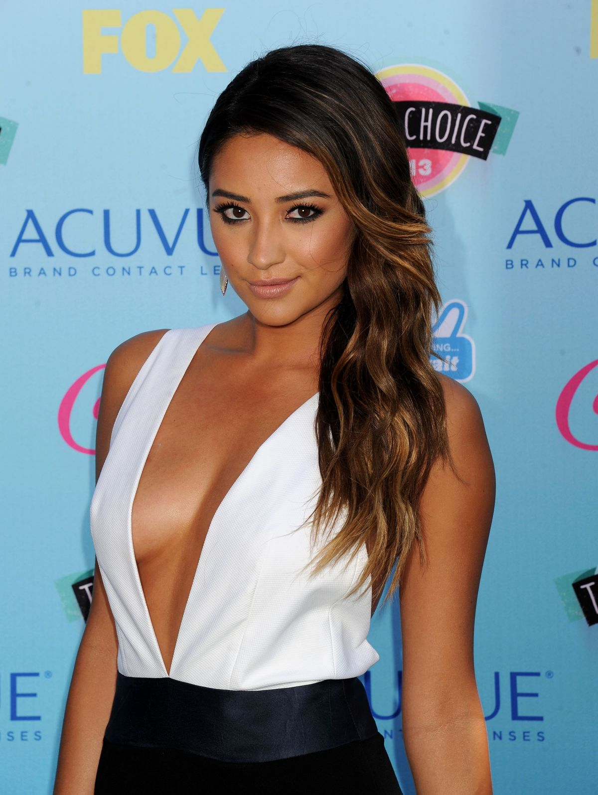 Shay Mitchell shows off her cleavage at the 2013 Teen Choice Awards | BootymotionTV