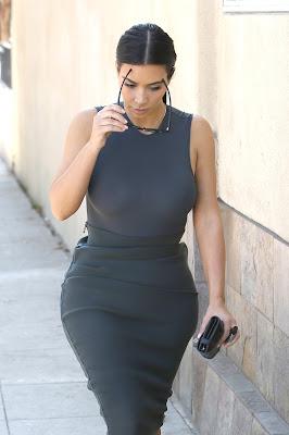 Kim Kardashian jalan dengan gaun ketat tidak pakai BH
