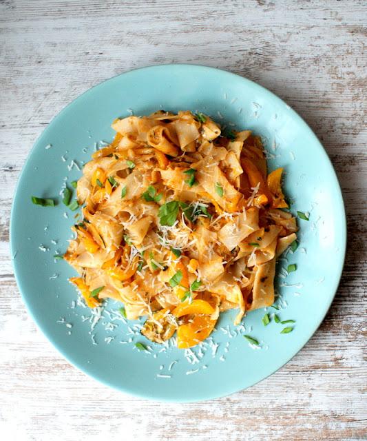 pasta con peperone,szybki makaron z papryką,cucina italiana,kuchnia włoska,olej koksoowy,oliwa z oliwek,danie włsokie,obiad po włosku,