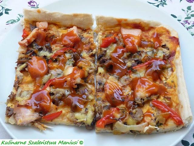 Pizza z pieczarkami, wędzonym kurczakiem i serem