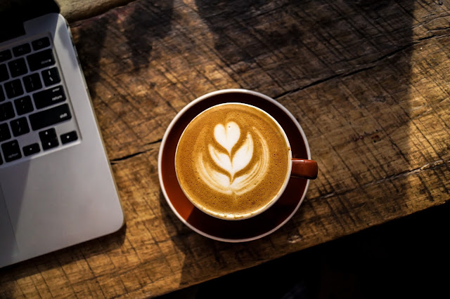 Mi experiencia haciendo crítica a autores | Café y reflexión.