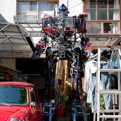 Optimus prime con desechos reciclados metálicos
